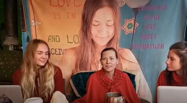 """Zrzut z ekranu wideo na koncie sekty na Youtube. """"Matka bóg"""" siedzi pośrodku /"""