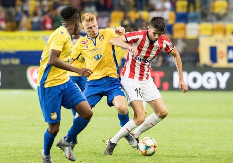 Zsolt Kalmar walczy o piłkę z Pellem van Amersfoortem /JAKUB GAVLAK /PAP/EPA