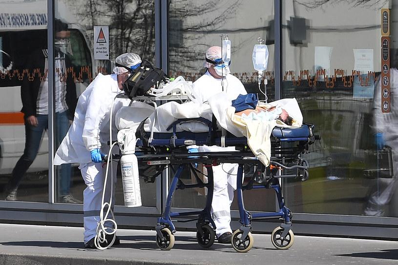 Zspół lekarski i pacjent pod respiratorem, zdjęcie ilustracyjne /AFP