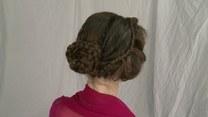 Zszywa włosy igłą i nicią! Tak powstają starożytne fryzury!