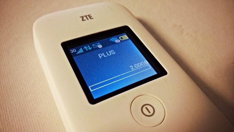 ZTE MF65+ wyposażono w ekran wielkości 1,44 cala o 128×128 pikseli. Tyle wystarczy, aby sprawdzić poziom naładowania baterii, siłę sygnału i dostępny transfer /INTERIA.PL