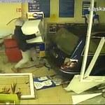 Zuchwała kradzież w Katowicach. Złodzieje wjechali autem do marketu