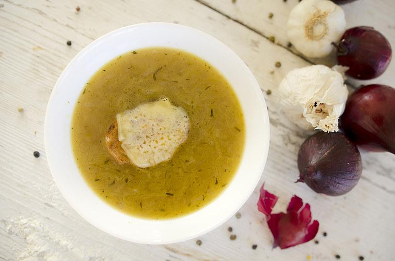 Zupa cebulowa to doskonała propozycja na obiad /INTERIA.PL