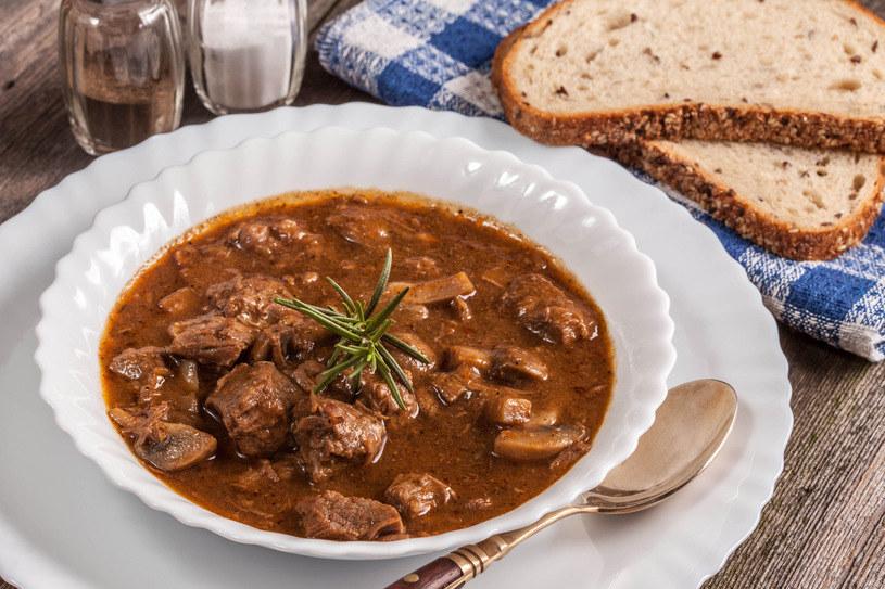 Zupa dobrze smakuje z dodatkiem pieczywa /123RF/PICSEL