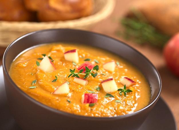 Zupa jabłkowa to miła odmiana codziennego jadłospisu. /123RF/PICSEL