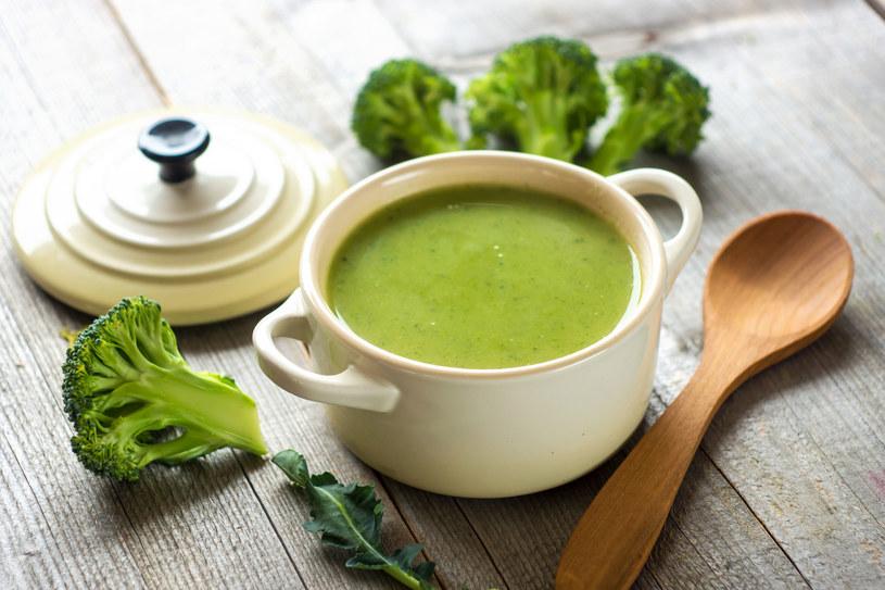Zupa krem z brokułów dostarcza mnóstwo cennych witamin i minerałów, a przy okazji zaspakaja pragnienie w upalne dni /123RF/PICSEL