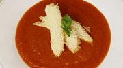 Zupa krem z pomidorów z kromką ciepłego chleba i serem pecorino
