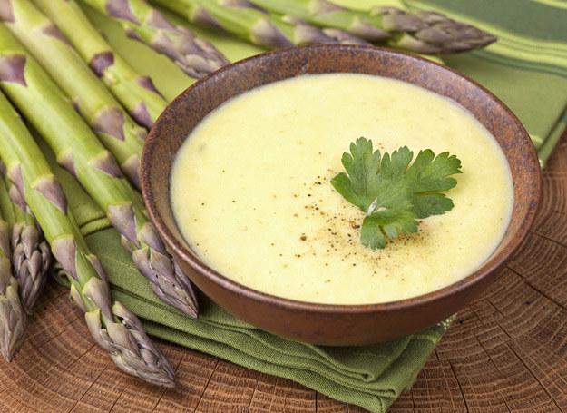 Zupa krem ze szparagów smakuje doskonale. /123RF/PICSEL