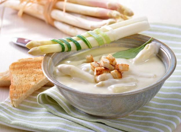 Zupa krem ze szparagów smakuje wyjątkowo delikatnie. /123RF/PICSEL