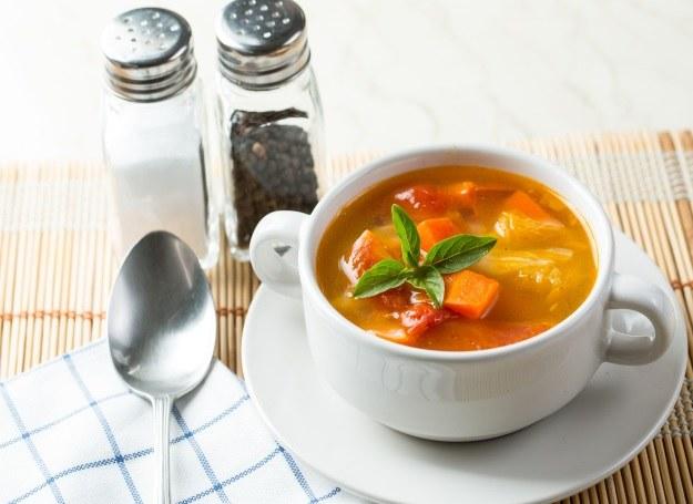 Zupa marchewkowa z warzywami /123RF/PICSEL