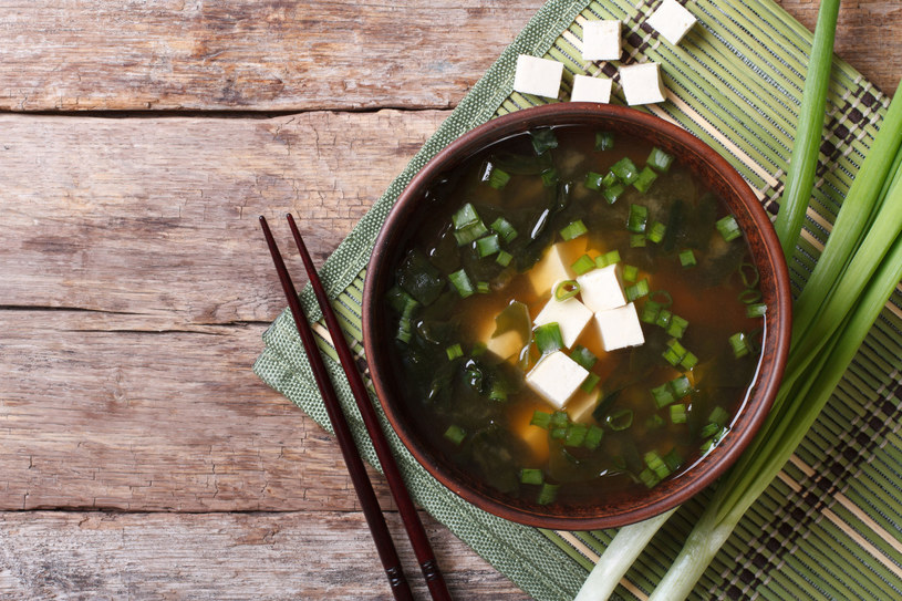"""Zupa miso wpływa na """"zdrowie"""" naszego mikrobiomu. /123RF/PICSEL"""