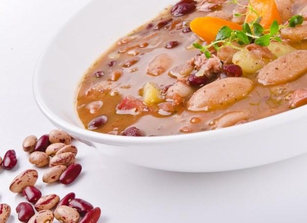 Zupa na bazie fasoli i grochu doskonale rozgrzewa! /123RF/PICSEL