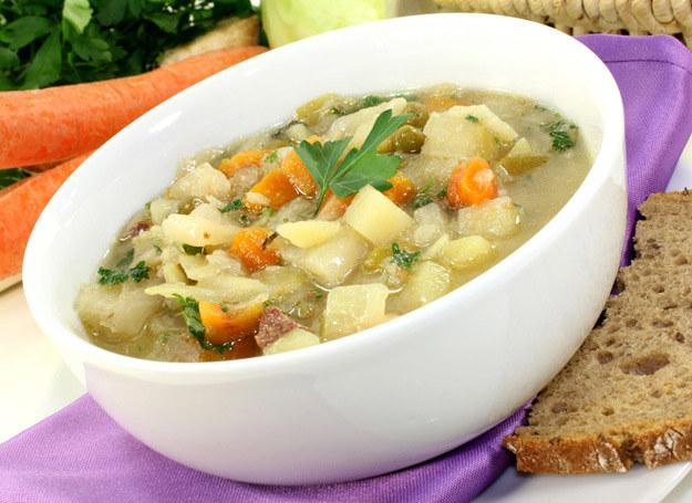 Zupa pekińska jest delikatnijesza niż kapuśniak. /123RF/PICSEL