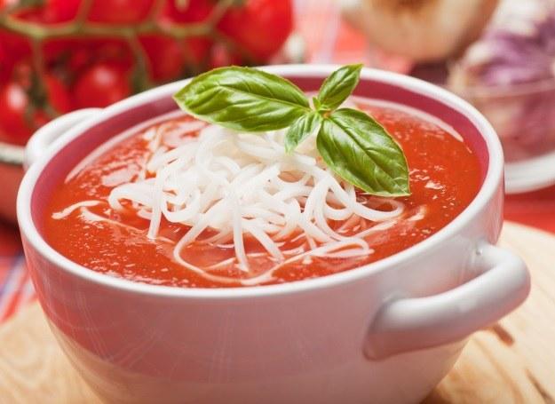 Zupa pomidorowa smakuje świetnie z makaronem i bazylią /123RF/PICSEL