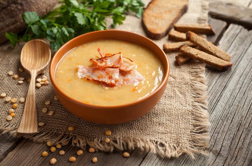 Zupa pomidorowa z boczkiem, to pomysł na pyszny obiad /123RF/PICSEL