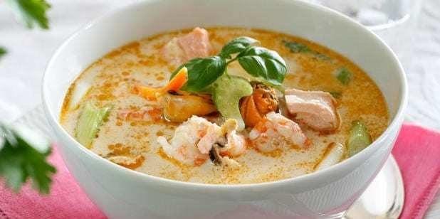 Zupa rybna z małżami, krewetkami, łososiem i dorszem /materiały prasowe
