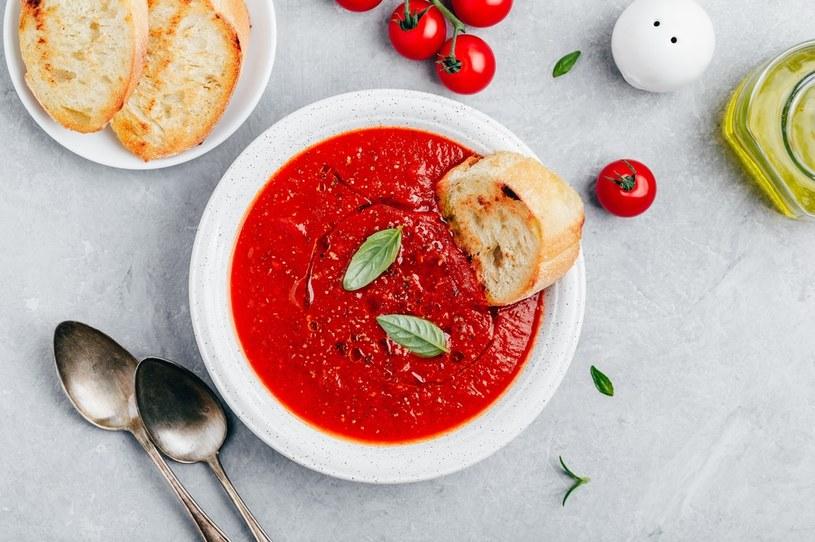 Zupa świetnie smakuje z grzankami oraz na zimno /123RF/PICSEL