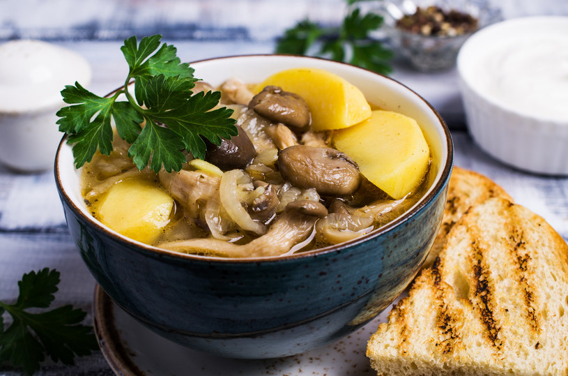 Zupa z boczniakami też smakuje wyśmienicie /123RF/PICSEL
