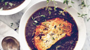 Zupa z czerwonej fasoli i soczewicy z tostami z manchego