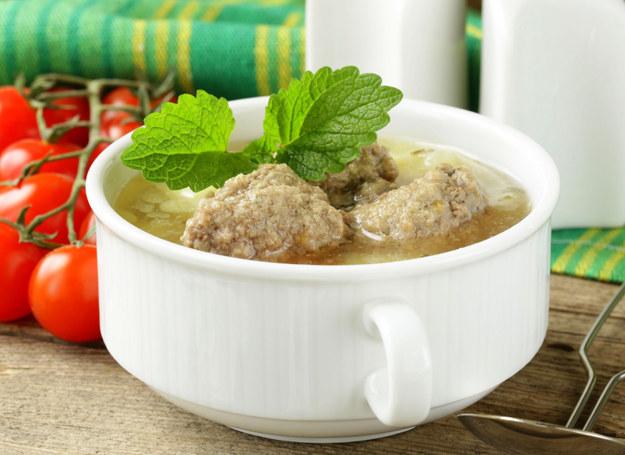 Zupa z pulpetami rybnymi jest idealna na chłodne wieczory /123RF/PICSEL
