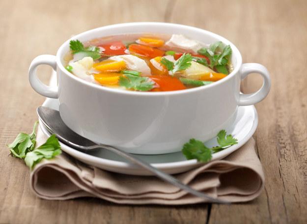 Zupa ze świeżych warzyw smakuje wyjątkowo. /123RF/PICSEL