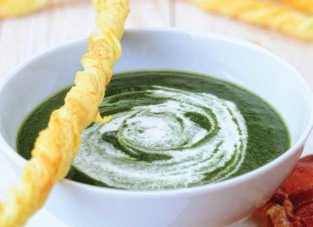 Zupa ze szpinakiem i paluszkami serowymi /Wydawnictwo Znak