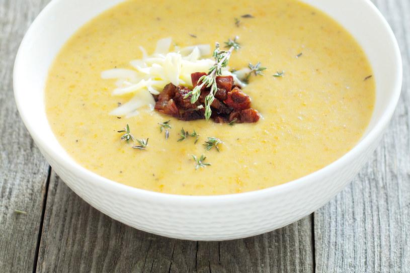 Zupę krem z ziemniaków można podawać z kiełbaskami, grzankami lub przyrumienionym boczkiem /123RF/PICSEL