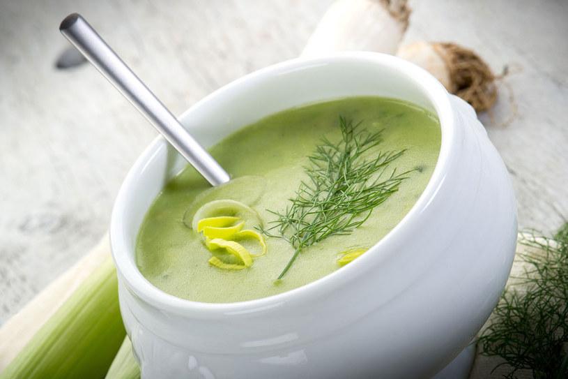 Zupę miksujemy blenderem na gładki krem /Picsel /123RF/PICSEL