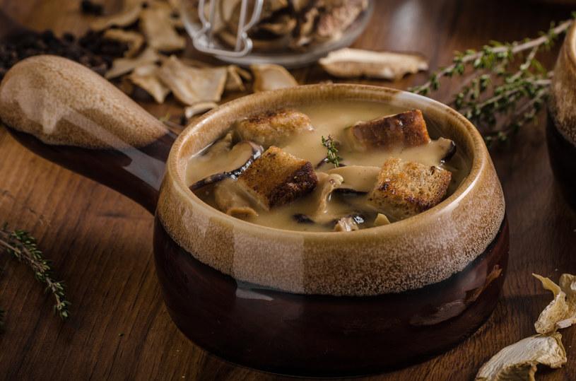 Zupę możesz podać z grzankami z bułki wrocławskiej. /123RF/PICSEL