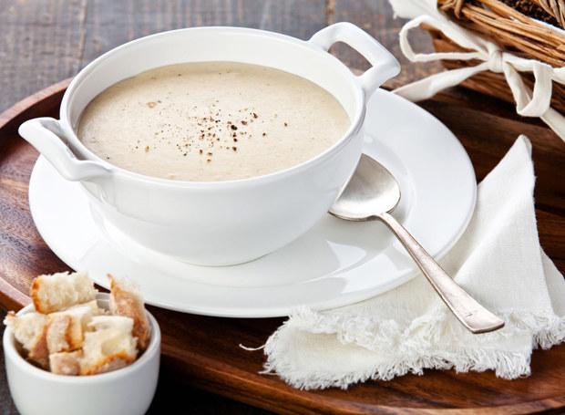 Zupę możesz ponadać np. z grzankami /123RF/PICSEL