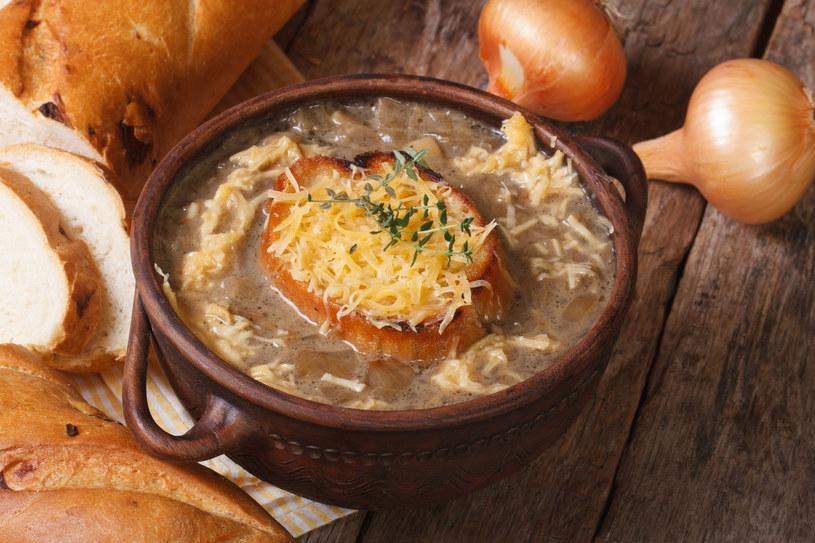 Zupę można podawać z grzanką, jak tradycyjną francuską cebulową /123RF/PICSEL