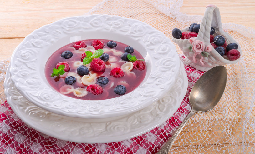 Zupę owocową można przyrządzić z jabłek, czereśni, jagód /123RF/PICSEL