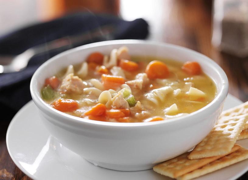 Zupę podaj z grzankami /123RF/PICSEL