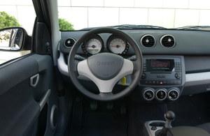 Zupełnie inne wnętrze niż w Colcie – i za sprawą oddzielnych zegarów ładniejsze. Radio przypomina te z większych modeli Mercedesa. /Motor