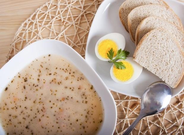 Żur zabiela się mlekiem albo śmietaną lub przygotowuje się go w połączeniu z wywarem z kości i jarzyn, z dodatkiem suszonych grzybów /Picsel /123RF/PICSEL