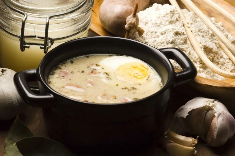 Żurek jest jedną z najpopularniejszych zup goszczących na wielkanocnych stołach Polaków /123RF/PICSEL