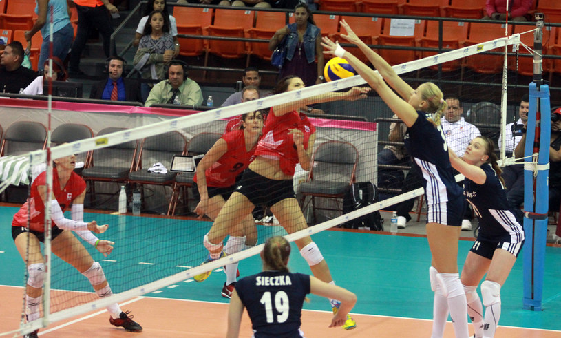 Zuzanna Efimienko blokuje przeciwniczkę /www.fivb.org