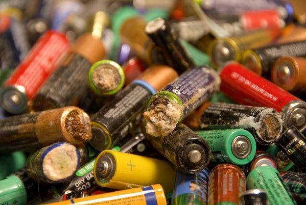 Zużyte baterie i akumulatory są niebezpieczne dla środowiska /©123RF/PICSEL