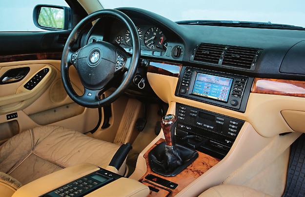 Zużyty jest tylko fotel kierowcy. Reszta zachowała się w idealnym stanie. Cechy szczególne wersji V8? Brak! Temperament zdradza sportowa kierownica i topowe wyposażenie. /Motor