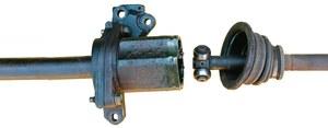 Zużyty krzyżak przegubu półosi to częsty winowajca drgań. (kliknij, żeby powiększyć) /Motor