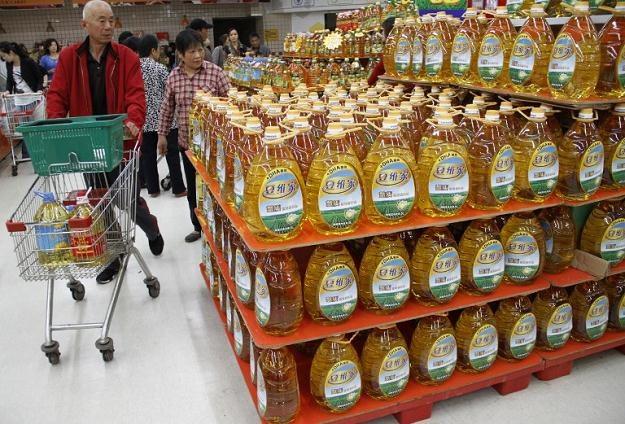 Zużyty olej był rafinowany i ponownie sprzedawany jako nowy. Teraz zasili komunikację miejską /AFP