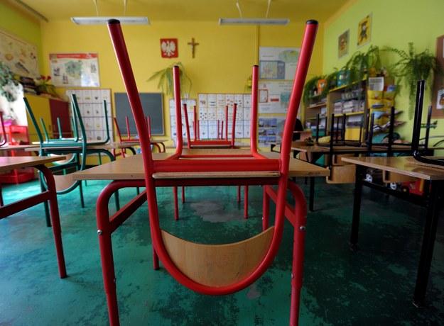 Zwalniani nauczyciele biją na alarm. Wciąż czekają na pomoc rządu