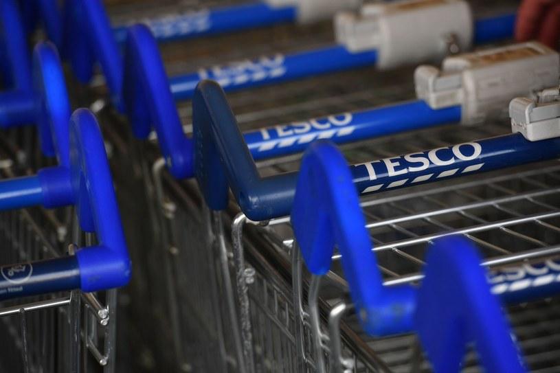 Zwalniani pracownicy Tesco otrzymają dodatkowo jedną pensję /AFP