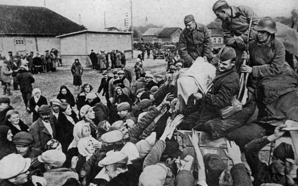 """Uzasadniając wkroczenie Armii Czerwonej na teren Rzeczypospolitej Polskiej stwierdzano: """"Rząd sowiecki nie może pozostać obojętny na fakt, że zamieszkująca terytorium Polski pobratymcza ludność ukraińska i białoruska, pozostawiona własnemu losowi, stała się bezbronna. Wobec powyższych okoliczności Rząd Sowiecki polecił Naczelnemu Dowództwu Armii Czerwonej, aby nakazało wojskom przekroczyć granicę i wziąć pod swoją opiekę życie i mienie ludności Zachodniej Ukrainy i Zachodniej Białorusi"""""""