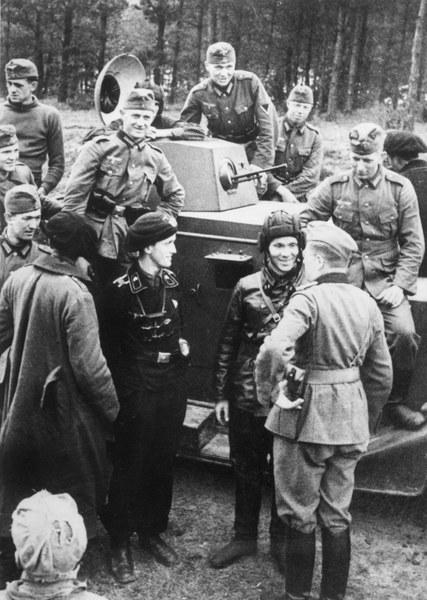 """Przedstawiciele dwóch totalitarnych mocarstw ustalili również, iż """"nie będą na swoich terenach tolerować żadnej polskiej agitacji, która przenikałaby na terytorium drugiej strony. Wszelkie próby takiej agitacji na ich terenach będą likwidowane, a obie strony będą się informowały wzajemnie o podejmowanych w tych celach środkach""""."""