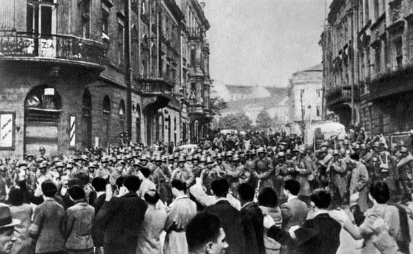 """""""Rząd sowiecki zamierza równocześnie podjąć wszelkie środki mające na celu wywikłanie narodu polskiego z nieszczęsnej wojny, w którą wepchnęli go nierozumni przywódcy i umożliwienie mu zażycia pokojowej egzystencji"""" - oświadczono."""