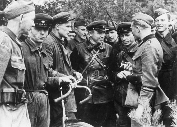 Zgodnie z propozycją Stalina przeprowadzona została korekta podziału terytorialnego ziem polskich. Granica pomiędzy ZSRS a III Rzeszą przebiegać miała odtąd wzdłuż linii rzek San-Bug-Narew-Pisa.