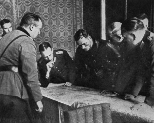 Na zdjęciu: Niemieccy i sowieccy dowódcy nad mapą Polski we wrześniu 1939 roku