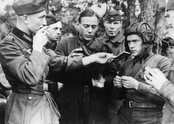 Niemiecki żołnierz częstuje czerwonoarmistów papierosami