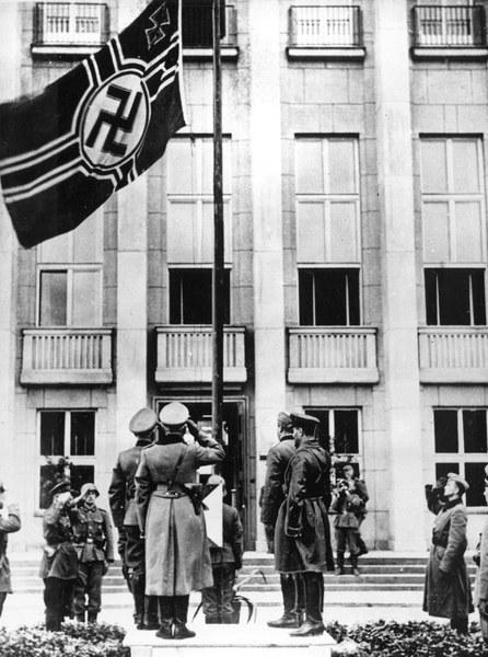 Niemieccy i sowieccy oficerowie pod flagą III Rzeszy w Brześciu Litewskim